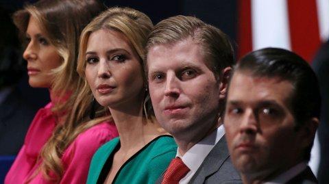 Niesen til Donald Trump, Mary Trump, er ute med nye spådommer om de tre barna til Donald Trump; Donald Jr., Eric og Ivanka. Her er de tre sammen med Melania Trump på et arkivfoto fra 2016.