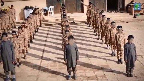 Ekspert hevder at barn fra IS-områder kan utgjøre en terrorfare ved hjemreise til Europa. Her ser vi barn som får militær trening.