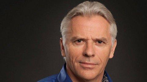 Aage Sivertsen står for bokbadet med forfatter Erik Veum.