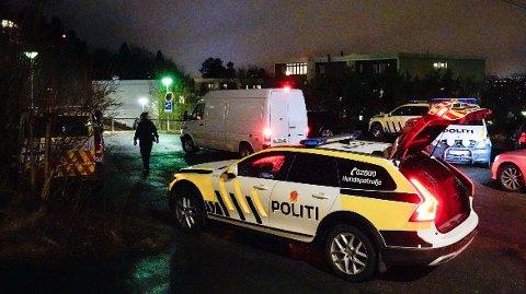 Politi ved adressen der en person ble skutt og drept i en leilighet på Røa i Oslo.