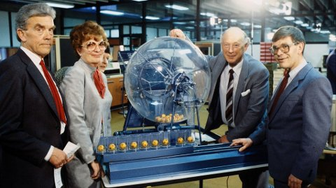 DEN FØRSTE LOTTO-TREKNINGEN: Slik så det ut da den første Lotto-trekningen ble avholdt. F.v. Roald Dalen, Ruth Skaare Botner, Tore Sanderud og Odd Kjell Skjeggstad.