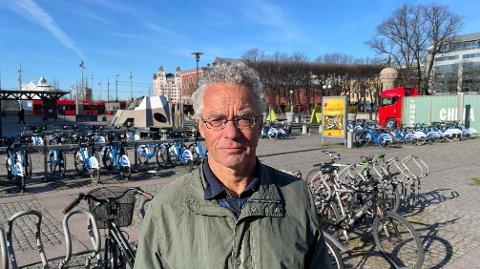 MDG-topp Rasmus Hansson (66) kjører selv en gammel dieselbil - og det vil han fortsette med.