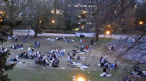 Politiet melder om flere fester i parker omkring i landet med ungdommer. Her fra Nygårdsparken i Bergen, fredag kveld.