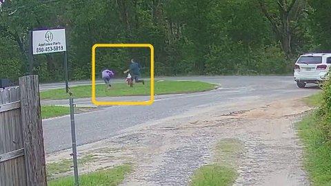 Her løper sexforbryteren, som var væpnet med kniv, for å kidnappe en 11 år gammel jente.