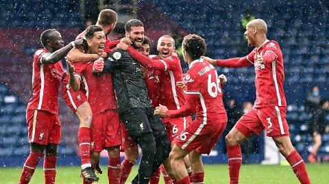 Liverpools keeper Alisson jubler med resten av lagkameratene etter hans avgjørende scoring på overtid mot West Bromwich 16.mai.