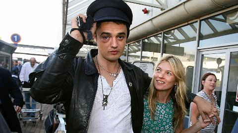 AV-OG-PÅ: Pete Doherty og Kate Moss var kjærester fra 2005 til 2007, og sørget for flere overskrifter i kjendispressen. Her avbildet i 2006.
