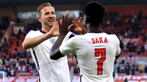 Bukayo Saka (t.h.) jubler sammen med Harry Kane etter å ha scoret mot Østerrike. Vi tror de engelske spillerne kan få mer å juble for søndag.