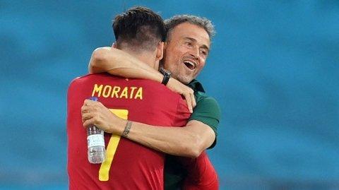 Alvaro Morata feirer 1-0-scoringen mot Polen sammen med landslagssjef Luis Enrique.