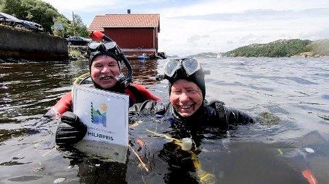 Prisutdeler Johan Aakre (til venstre) og prisvinner Erling Svensen var åpenbart fornøyd de kom til overflaten etter at prisutdelingen var gjennomført.