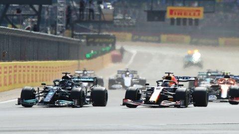 KOLLIDERTE: Max Verstappen og Lewis Hamilton kolliderte, og førstnevnte endte i dekkbarrierene.
