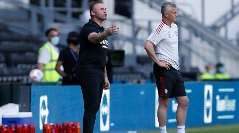 PÅ SIDELINJEN: De tidligere lagkameratene Wayne Rooney og Ole Gunnar Solskjær ledet hvert sitt lag under søndagens treningskamp.