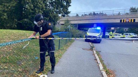 Politiet på stedet med store styrker etter at de fikk melding om at det er avfyrt skudd på Skøyenåsen T-banestasjon.