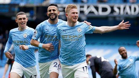 Manchester City's Kevin De Bruyne, Phil Foden og Riyad Mahrez jubler etter scoring i kampen mot Everton 23.mai. Manchester City vant kampen hele 5-0.