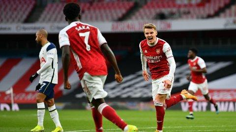 Martin Ødegaard og Bukayo Saka feirer scoring over Tottenham tilbake i mars. Arsenal vant kampen 2-1.
