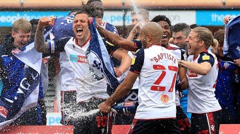 Bolton Wanderers jubler etter opprykket til League One.