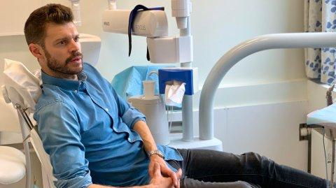 BEKYMRET: Bjørnar Moxnes i tannlegestolen for å diskutere norsk tannhelse med Niels Henrik Sværd. Han er bekymret for at nordmenn ikke tar vare på tannhelsen på bakgrunn av høye priser.