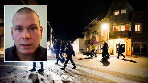PÅ PLASS: Politiet gjør undersøker i Kongsberg sentrum på kvelden etter angrepet onsdag.