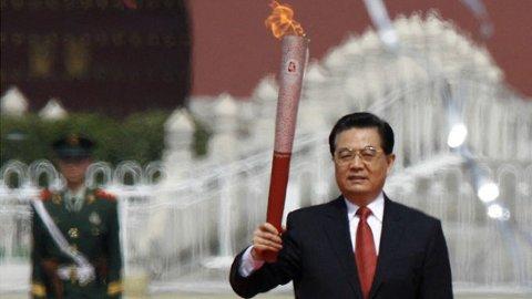 President Hu Jintao med OL-ilden på Den himmelske fredsplass mandag.