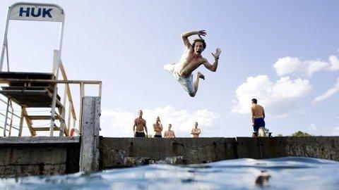 Sommeridyll og bading ved Huk i Oslo fredag ettermiddag. Ungdom stuper fra brygga merket Huk.