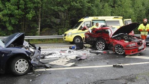 DØDSULYKKE: To personer omkom søndag kveld i en kraftig kollisjon på E6 like nord for Minnesund.