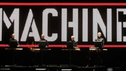MASKIN MØTER MENNESKE: Kraftwerk på scenen i 2008.