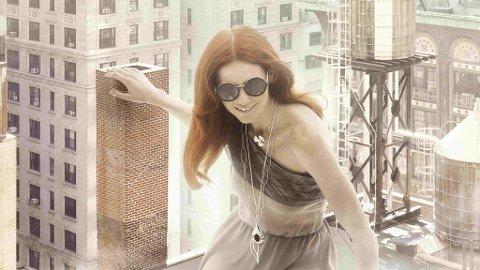 VÅGAL ELLER KLASSISK? Du kan enten leke deg med fargesterke og glitrende solbriller eller gå for en mer klassisk og ren «look». Du bestemmer!