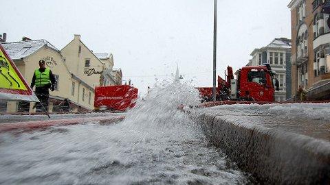 STORE VANNMENGDER: Flere restauranter i Bergen er uten strøm etter bruddet på en vannledning i morgentimene tirsdag.