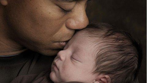 BABYLYKKE: Tiger Woods kysser sin nyfødte sønn, Charlie.