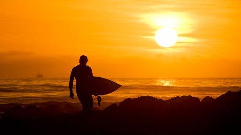 KONKURRANSE: Er du heldig er det du som kan gå langs stranden med et surferbrett under armen om en stund.