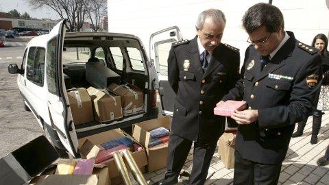 Politimennene Ricardo Toro (til venstre) og José Luis Conde åpner en pakke med kokain til ære for pressen i Madrid torsdag 26. februar 2009.