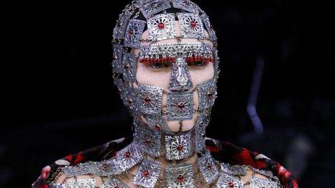 STERKT: En heldekkende maske fra Alexander McQueen - fra visning i 2009.