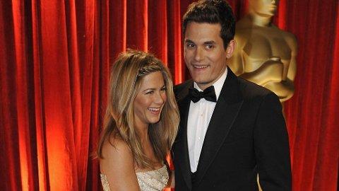TOK MED KJÆRSTEN: Jennifer delte ut pris på Oscar-utdelingen og tok med seg kjæresten John Mayer på festen.