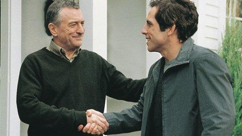 FRYKT: Ben Stiller i rollen som Gaylord Focker hilser på sin kommende sviger og tidligere CIA-agent Jack Byrnes (Robert De Niro). Vi vet jo alle hvordan det gikk...