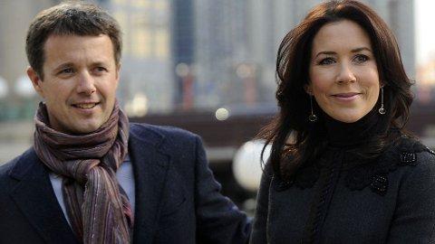 SØT: Frederik varmer seg muligens med Marys skjerf - uansett, han ser tøff ut!