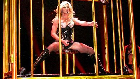 I GULLBUR: Britney Spears startet sin turné ved å ankomme scenen i et gullbur.
