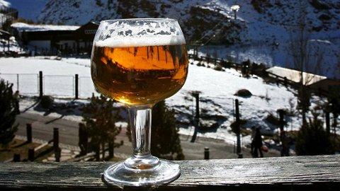 ISKALDT: Øl er en slager til påske og mange tar den første utepilsen når den glade vårsolen varmer. Men to drinker laget på kaffelikør frister også.