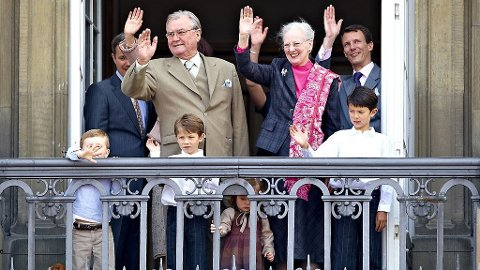 FEIRET: Dronning Margrethe omringet av familien på bursdagen 16.april.