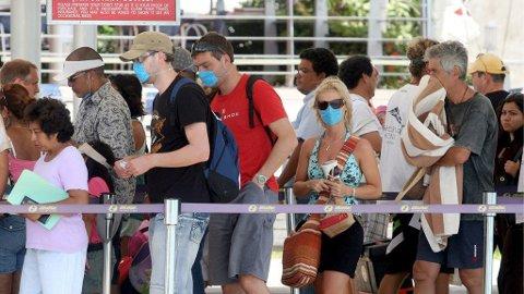 FORSIKTIGE: Disse turistene i den meksikanse ferieparadiset Cancun tar ikke svineinfluensaen for gitt og bruker munnbind.