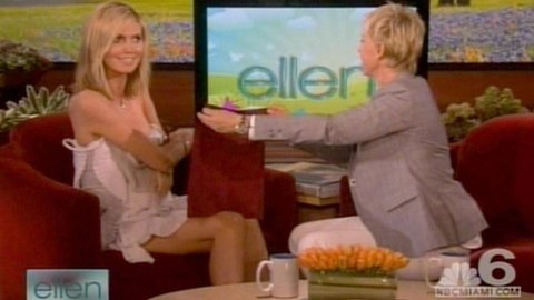 TOK AV KJOLEN: Heidi begynte å strippe av seg kjolen, mens Ellen forsøkte å skjule henne bak et lite håndkle...