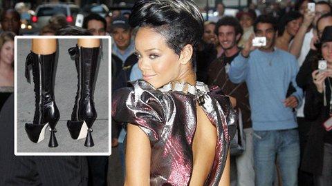 SKYHØYT: Rihanna er tilbake og passer på at det ikke går upåaktet hen. Bare sjekk de støvlettene!