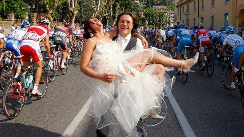 FOLKESPORT: Et nygift par poserer mens syklistene passerer under andre etappe av Giro d'Italia.