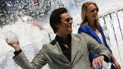 SNØBALLKASTING: Jim Carrey sikter inn på horden av fotografer foran Carlton-hotellet i Cannes.