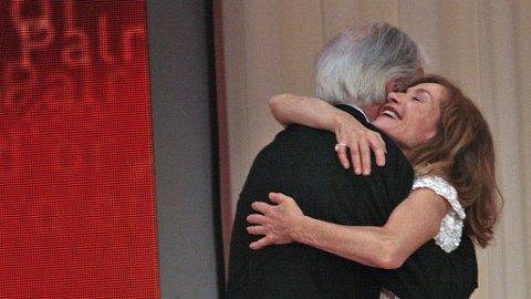 """GULLPALMEN: Den store europeiske filmregissøren Michael Haneke vant Gullpalmen for sin film """"The White Ribbon"""". Her blir han gratulert av Isabelle Huppert som var juryformann for årets festival."""