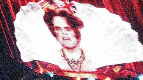 DRONNING: Med amerikansk og britisk flagg i parykken ønsker Perez Hilton publikum velkommen til sirkus og «freak show» med Britney Spears.
