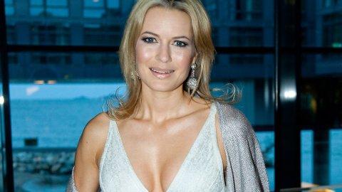 BANDASJEKJOLE: Celina i hvit- og sølvskimrende Hervé Léger-kjole. Legg merke til diskokuleøredeobbene!