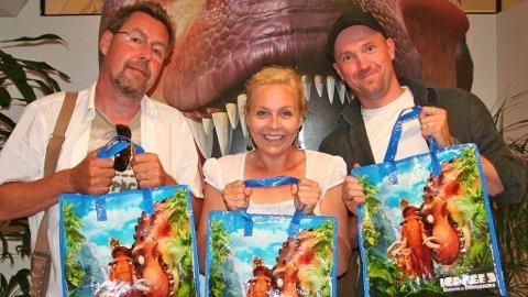 SE HVA VI FIKK: Otto Jespersen (Manny), Linn Skåber (Ellie) og Dagfinn Lyngbø (Sid) har ingen planer om å bytte ut rollen som oldtidsdyr i Istid-filmene når goodiebagen er så fin.