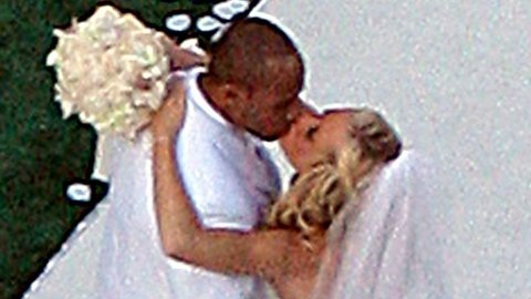 KYSS: Kendra og Hank kysset som rette ektefolk under bryllupsseremonien på Playboy Mansion - og med Hugh Hefner som vitne.