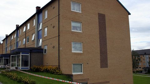ÅSTEDET: Her, utenfor en boligblokk i Iduns veg i Kongsvinger, ble mannen funnet omkommet.