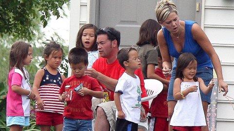 TI I FAMILIEN: USAs uvanlige favorittfamilie - Gosselins med tvillinger og sekslinger fra lykkeligere tider. Nå skilles Jon og Kate.