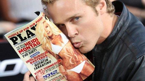 STOLT: Spencer viser fram det ferskeste Playboy-coveret der kona Heidi lyser opp forsiden.